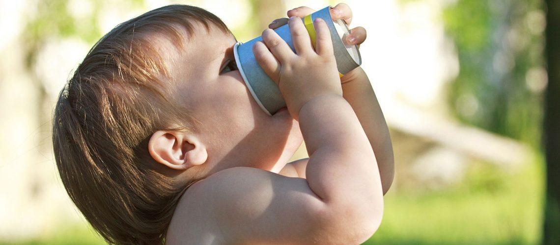 bébé en train de boir de l'eau